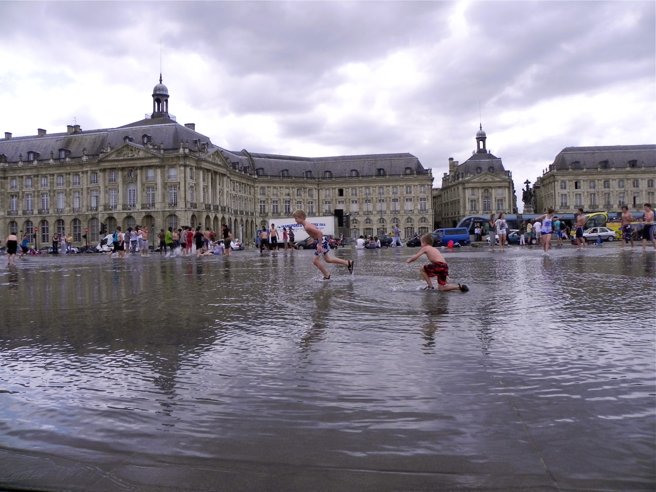 Best of france getting wet in bordeaux for Mirror pool bordeaux